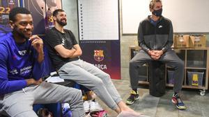 Pau Gasol, en la imagen junto a Mirotic y Higgins, en un momento de su visita a la plantilla azulgrana