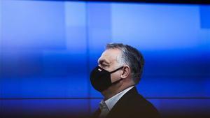 El primer ministro húngaro, Viktor Orban, abandona una cumbre presencial de la UE, en Bruselas en diciembre de 2020