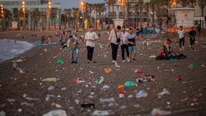 Limpieza de las playas de la Barceloneta al amanecer, tras otra noche de fiestas y botellones.