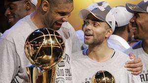 Duncan y Tony Parker, con el trofeo de campeón de la NBA en el 2007.