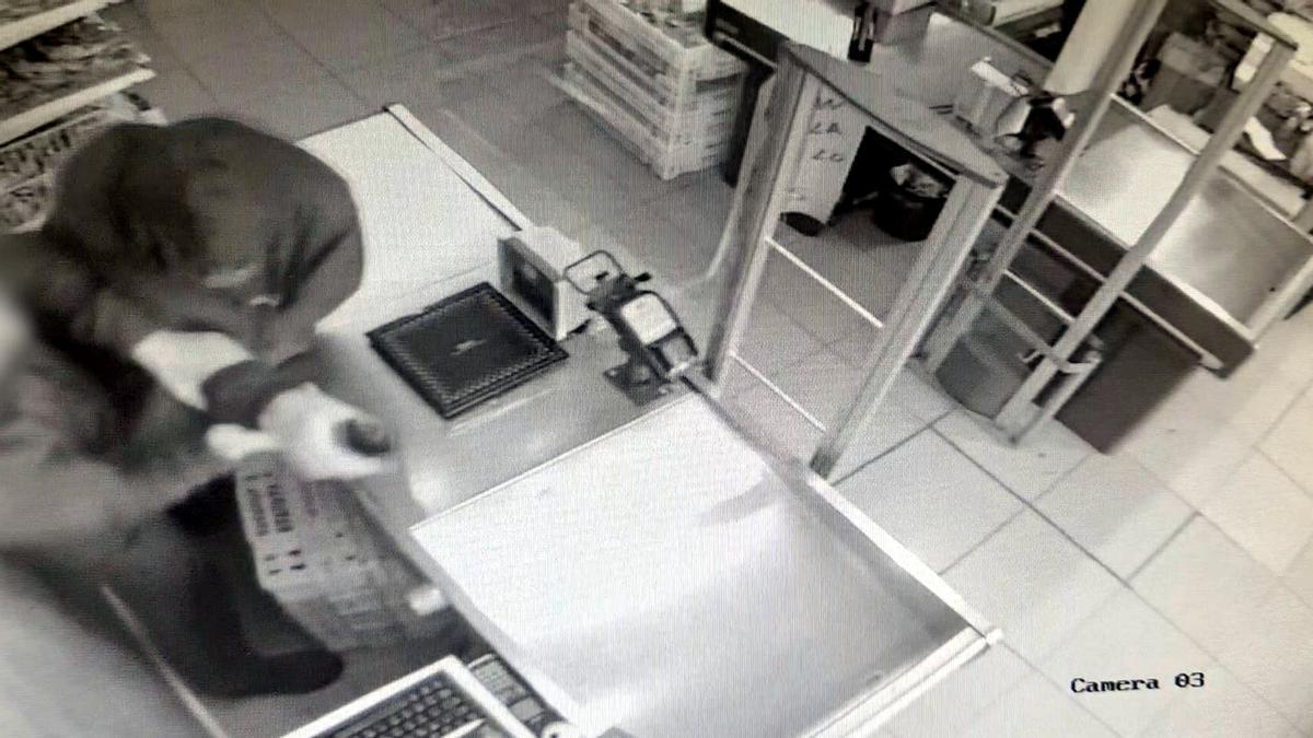 Una cámara de seguridad graba al supuesto atracador en uno de los supermercados del barrio de Bellvitge de L'Hospitalet.