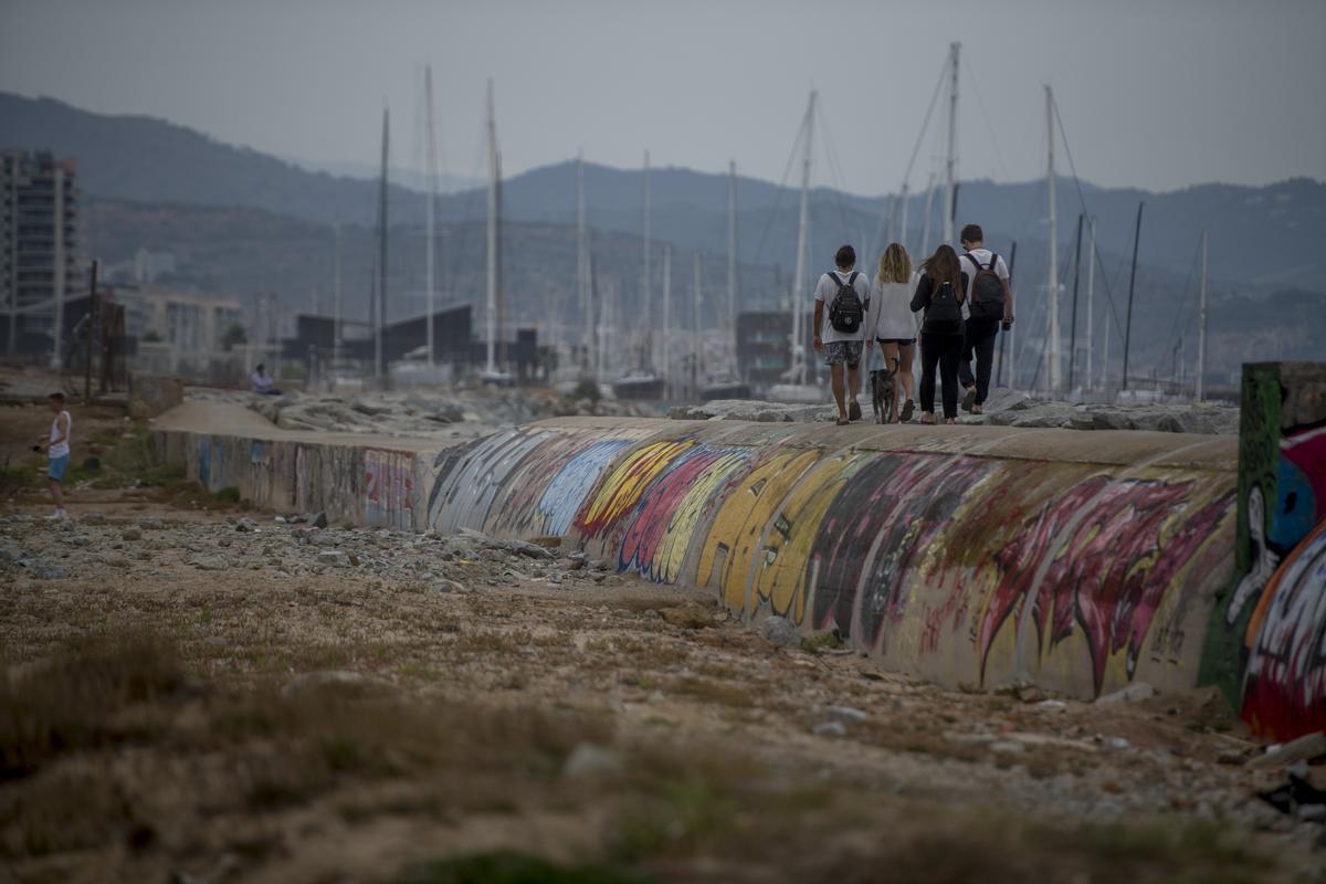 Colector semienterrado que va desde la playa de Sant Adrià de Besóshasta Badalona