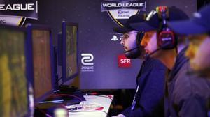 Jugadores de eSports, en plena partida del videojuego 'Call of Duty', en el eSport World Convention (ESWC), celebrado el pasado 17 de febrero en París.