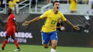 Philippe Coutinho celebra un gol con Brasil.