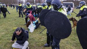 La Policía disuelve la protesta contra las restricciones en La Haya.