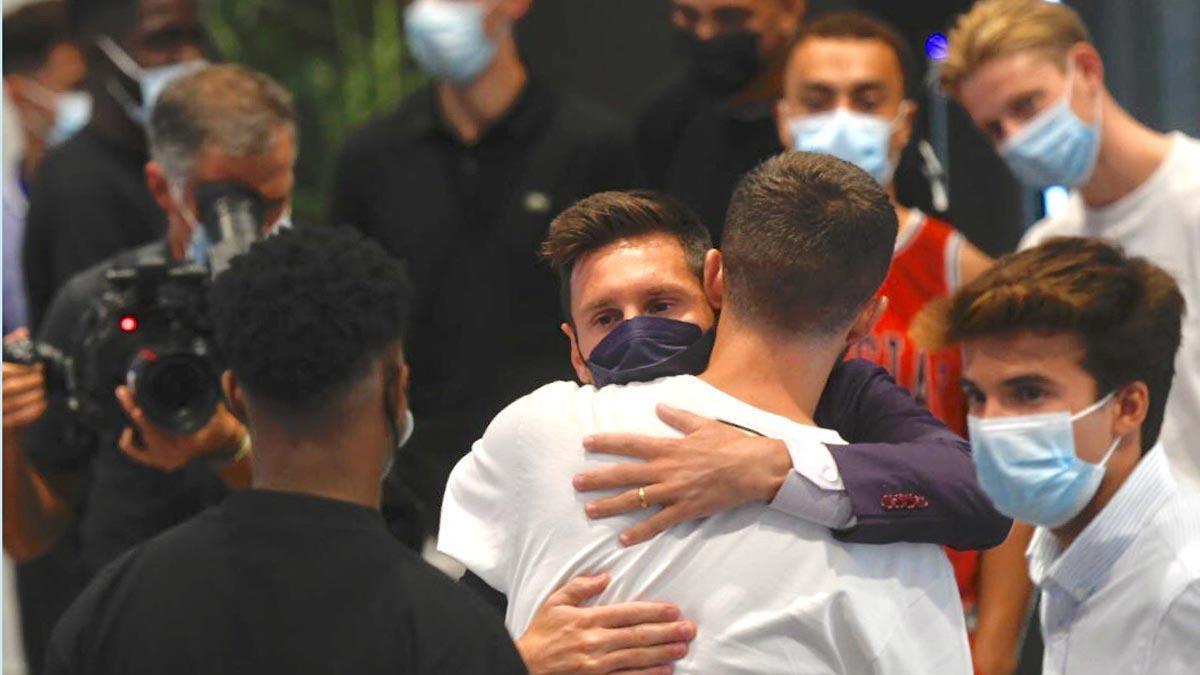 Messi se despide de sus compañeros tras su salida del Barça.