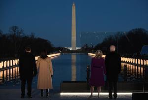 Joe y Jill Biden, junto a Kamala Harris y Douglas Emhoff en el homenaje a las víctimas mortales del covid-19 en el país, este martes.