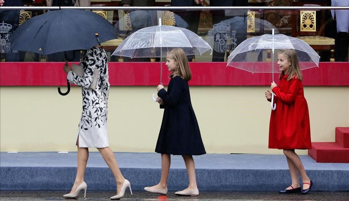 La reina Letizia, la princesa Leonor y la infanta Sofía, durante el desfile.
