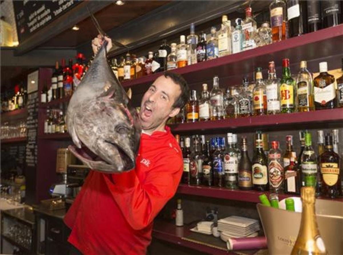 Adelf Morales con un atún en Topik. Foto: Josep Garcia