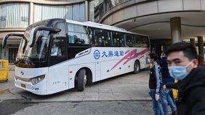 Los miembros del equipo de la Organización Mundial de la Salud (OMS) que investigan los orígenes de la pandemia del coronavirus Covid-19 parten en un autobús después de completar su cuarentena en Wuhan.