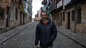 El novelista vasco Ibon Martín, autor de 'La hora de las gaviotas', en Hondarribia.