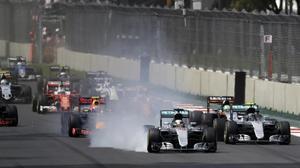 Lewis Hamilton clava los frenos en la primera curva del GP de México.