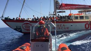 Operación de rescate en el Mediterráneo, con el 'Astral' al fondo