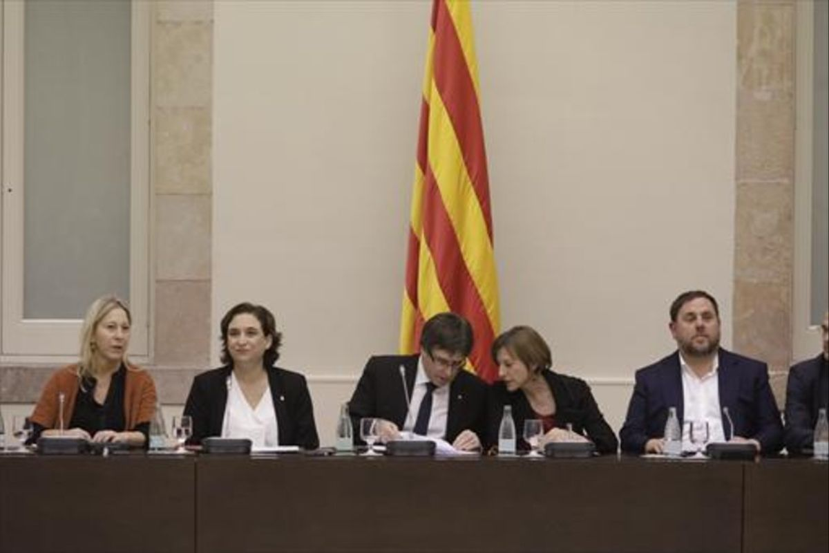 Munté, Colau, Puigdemont, Forcadell y Junqueras, en la cumbre por el referéndumdel pasado 23 de diciembre.