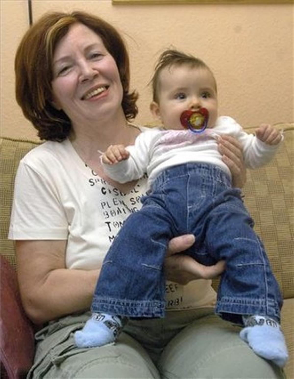 Annegret Raunigk con la hija que tuvo a los 55 años, Leila, en noviembre del 2005.