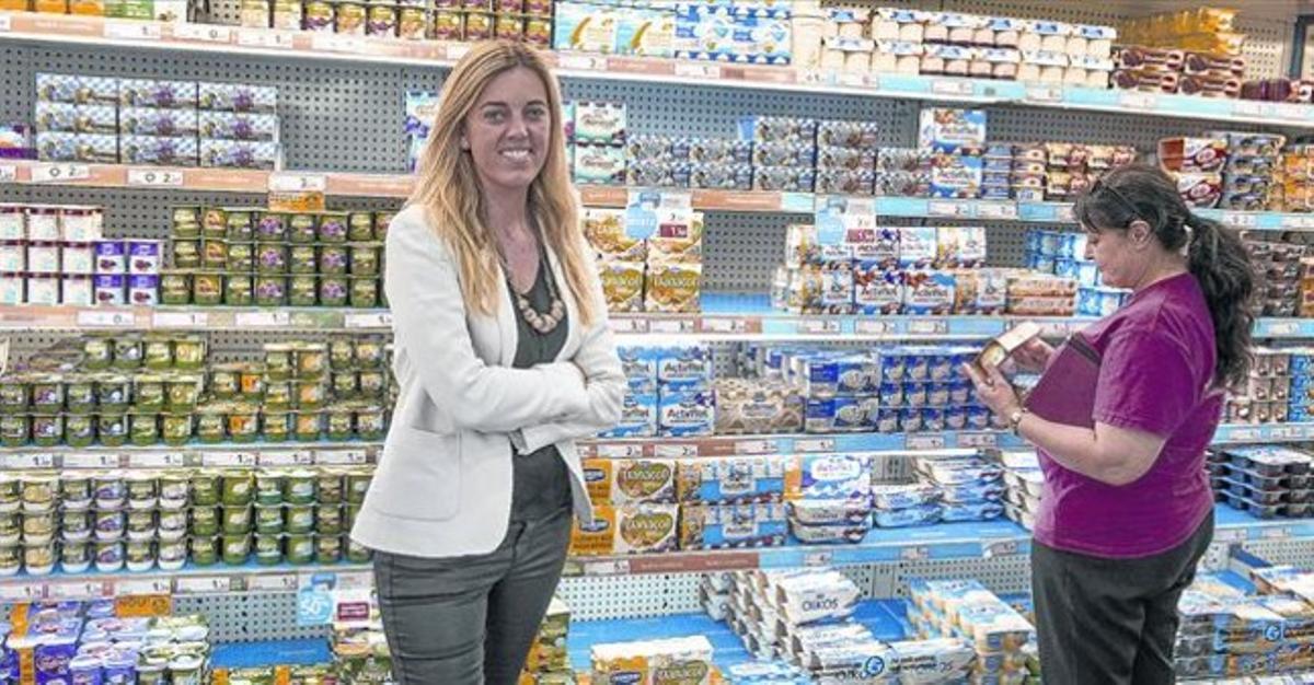 CRECIMIENTO.En primer término, Gemma Sorigué, mientras Margarita, la coordinadora de 'mama shoppers' en Barcelona, observa el lineal de yogures.