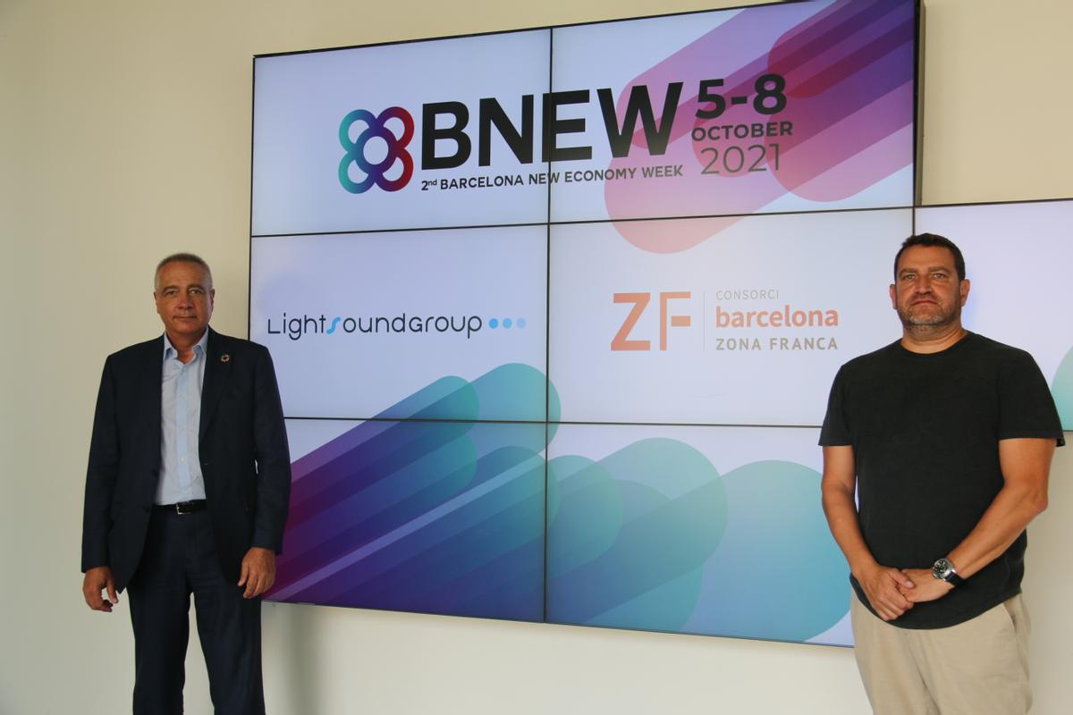 De izquierda a derecha, según la fotografía, Pere Navarro, delegado especial del Estado en el Consorci de la Zona Franca de Barcelona y presidente de BNEW y David Boja, fundador y presidente de Lightsound Group.
