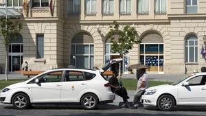 Taxis estacionados frente la estación de Renfe en Lleida.
