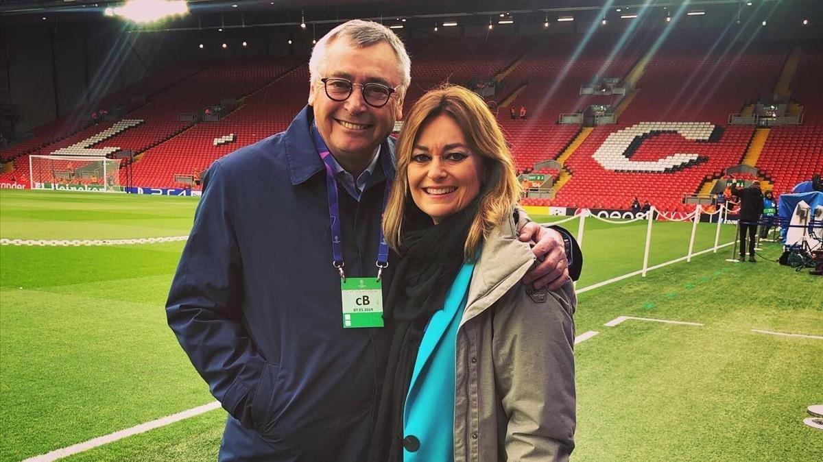 Michael Robinson y Mónica Marchante, en Anfield, el día del último Liverpool-Barça.