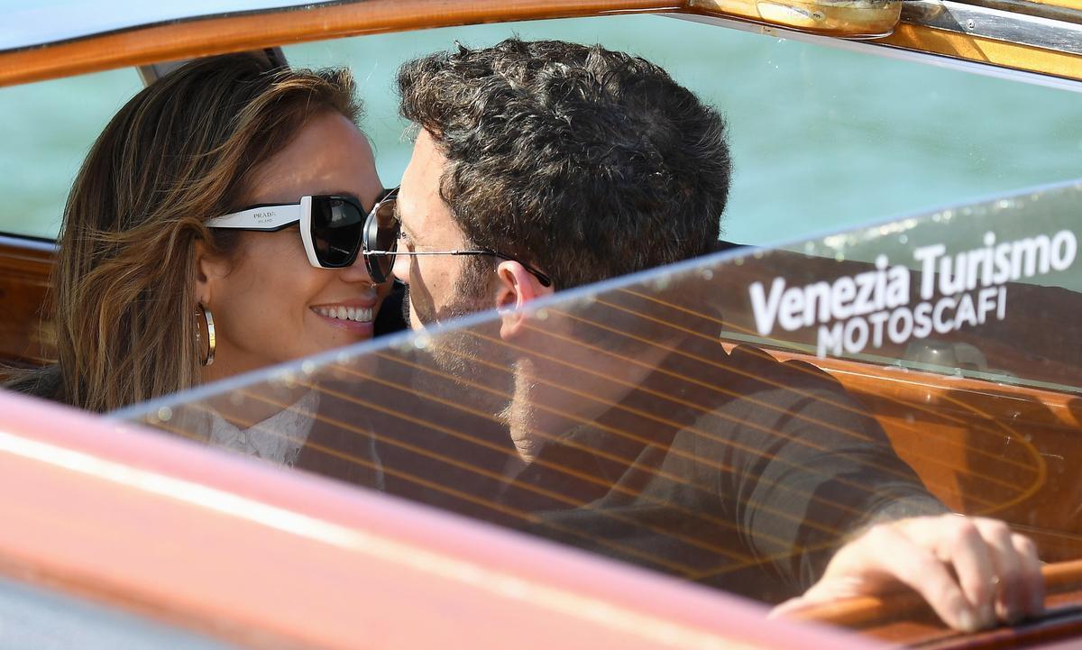 Jennifer Lopez y Ben Affleck, a su llegada a Venecia, fundidos en un beso.