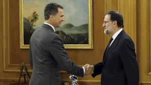 Felipe VI saluda al presidente del Gobierno en funciones, Mariano Rajoy, a su llega a la Zarzuela, durante la ronda de consultas para proponer un candidato a la presidencia.