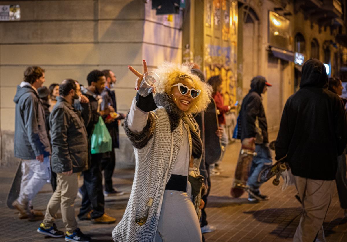 Un grupo de jóvenes, por la calle en Nochevieja en Barcelona