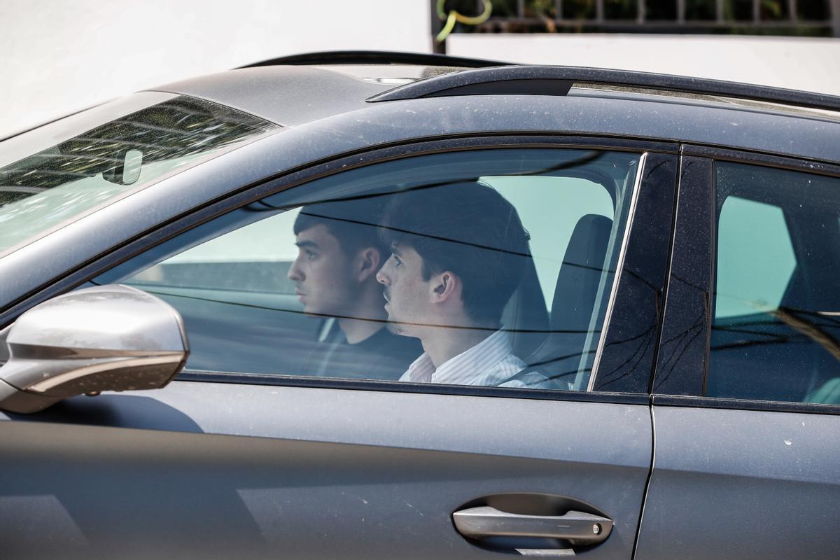 Trincao y Pedri, a su llegada a la casa de Messi.