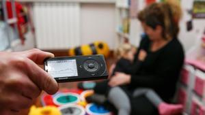 Los sistemas de monitorización de la glucosa mediante sensores flash permiten mantener un control continuo del estado de salud. La información captada por estos se transmite a un lector, como el que se muestra en la imagen