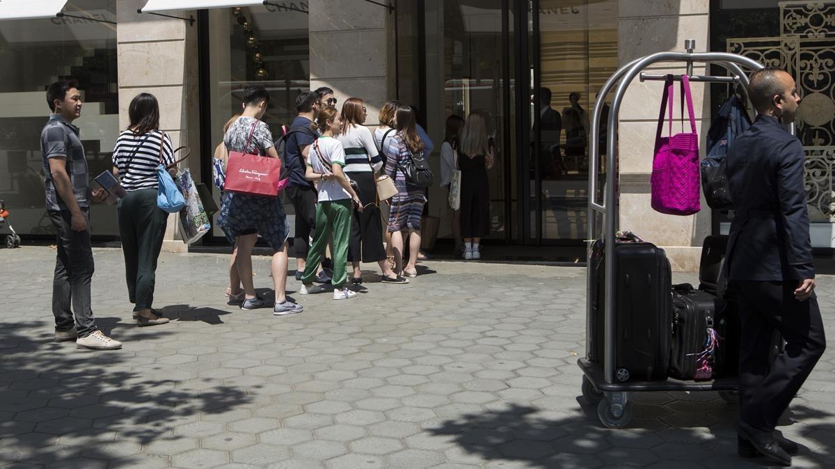 Turistas de compras en el paseo de Gràcia, el pasado verano.