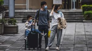 China permite a sus familias tener un tercer hijo. En la foto, una familia en una calle de Shanghái.