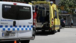 Una ambulancia y un furgón de la Guardia Urbana en un accidente de tráfico en la avenida Meridiana de Barcelona.