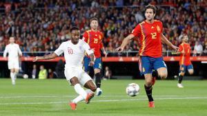 Sterling (i) dispara para hacer el 0-1 para Inglaterra ante España.