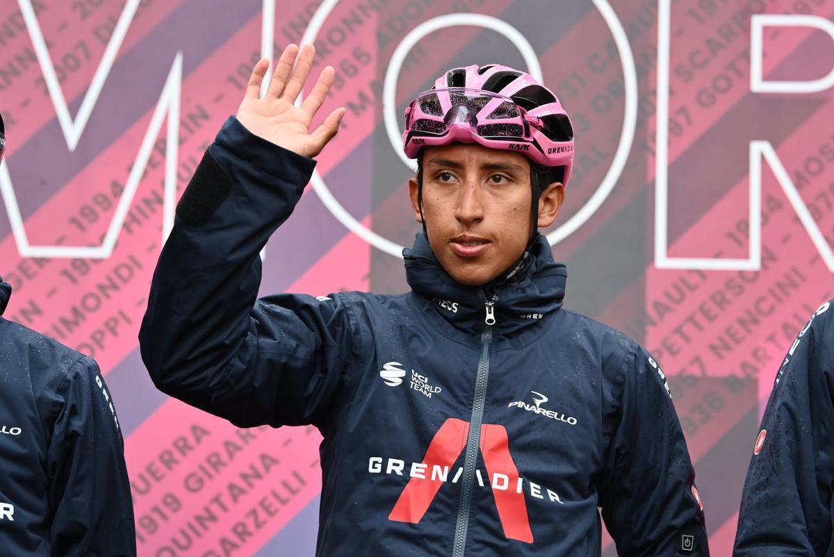 Egan Bernal, este lunes, en el podio de salida de la 16ª etapa del Giro.