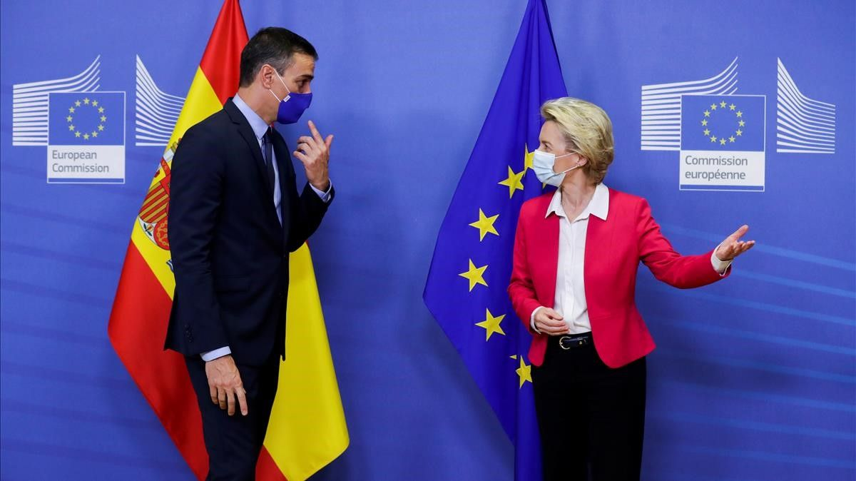 Spanish Primer Minister Pedro Sanchez is welcomed by European Commission President Ursula Von Der Leyen ahead of a meeting  in Brussels  Belgium September 23  2020  Olivier Hoslet Pool via REUTERS