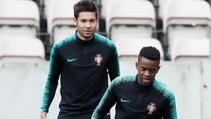 Guerreiro y Semedo, en un entrenamiento con la selección portuguesa previa a la Liga de las Naciones.