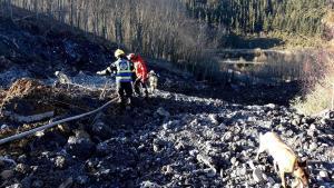 Un momento de las primeras horas del operativo de búsqueda y rescate de los dos trajadores sepultados por el corrimiento de tierras en el vertedero de Zaldibar (Vizcaya) el pasado 6 de febrero.