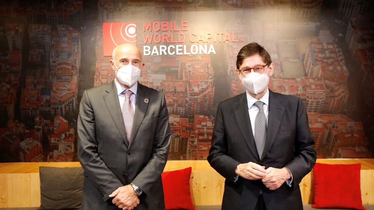 El presidente de CaixaBank, José Ignacio Goirigolzarri (derecha), y el consejero delegado de Mobile World Capital, Carles Grau.