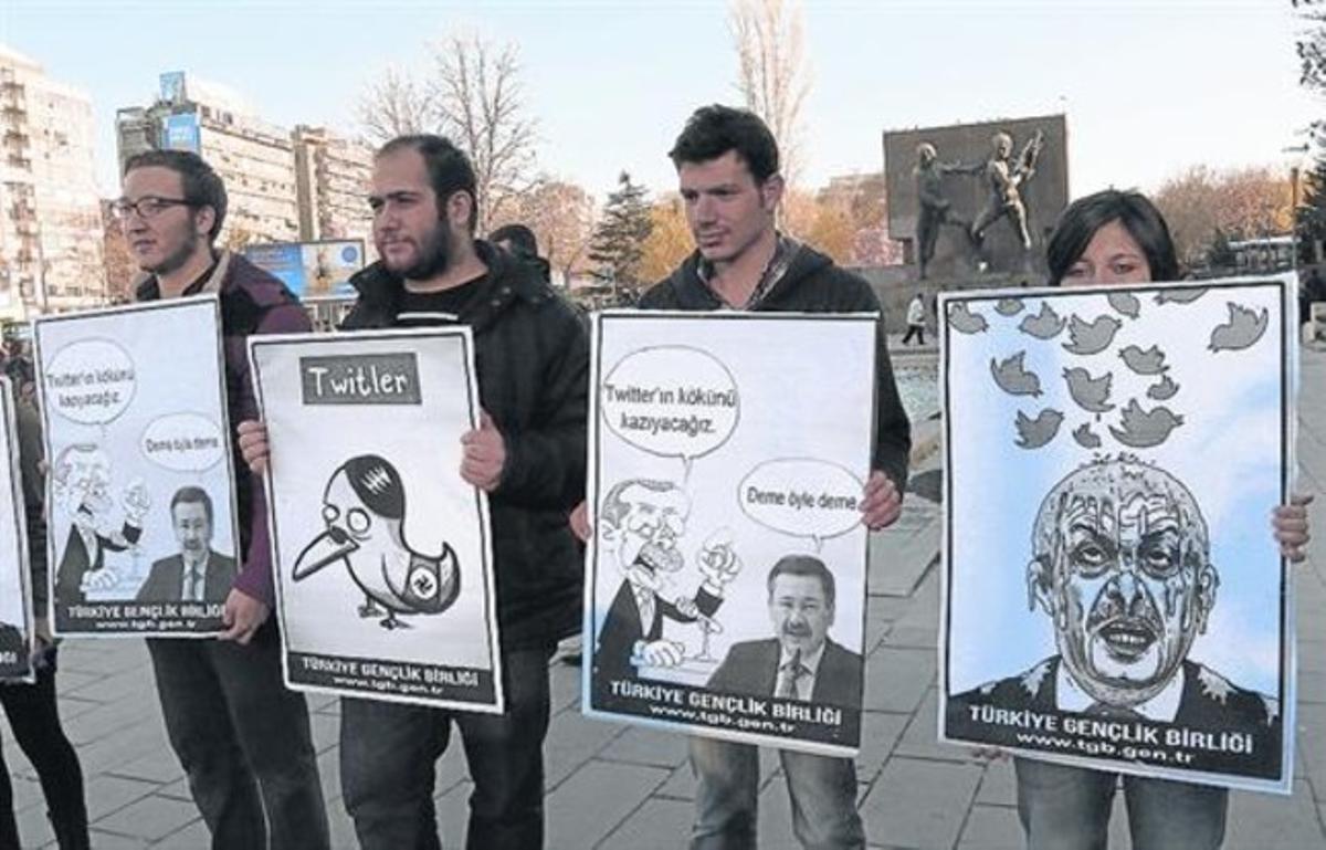 Jóvenes activistas sostienen carteles contra el cierre de Twitter, el pasado día 21 en Ankara.