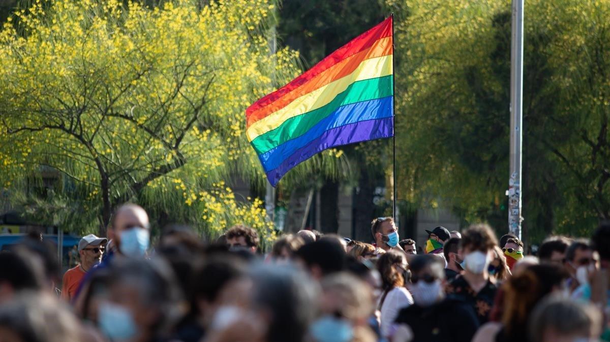 Cientos de manifestantes se reúnen durante la marcha del 'Orgullo', en la plaza Universitat de Barcelona.
