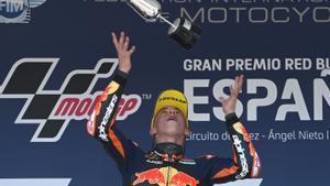 Pedro Acosta (KTM) lanza el trofeo de Jerez por los aires.
