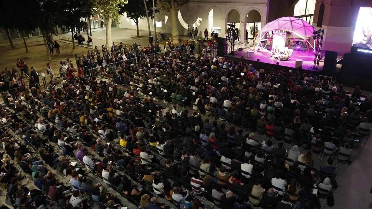 Aspecto de la plaza Joan Coromines durante el encuentro de Marina Garcés yGayati Spivac para hablar deeducación del futuro.