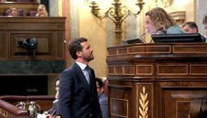 El líder del PP, Pablo Casado, habla con la presidenta del Congreso, Meritxell Batet, justo antes de intervenir.