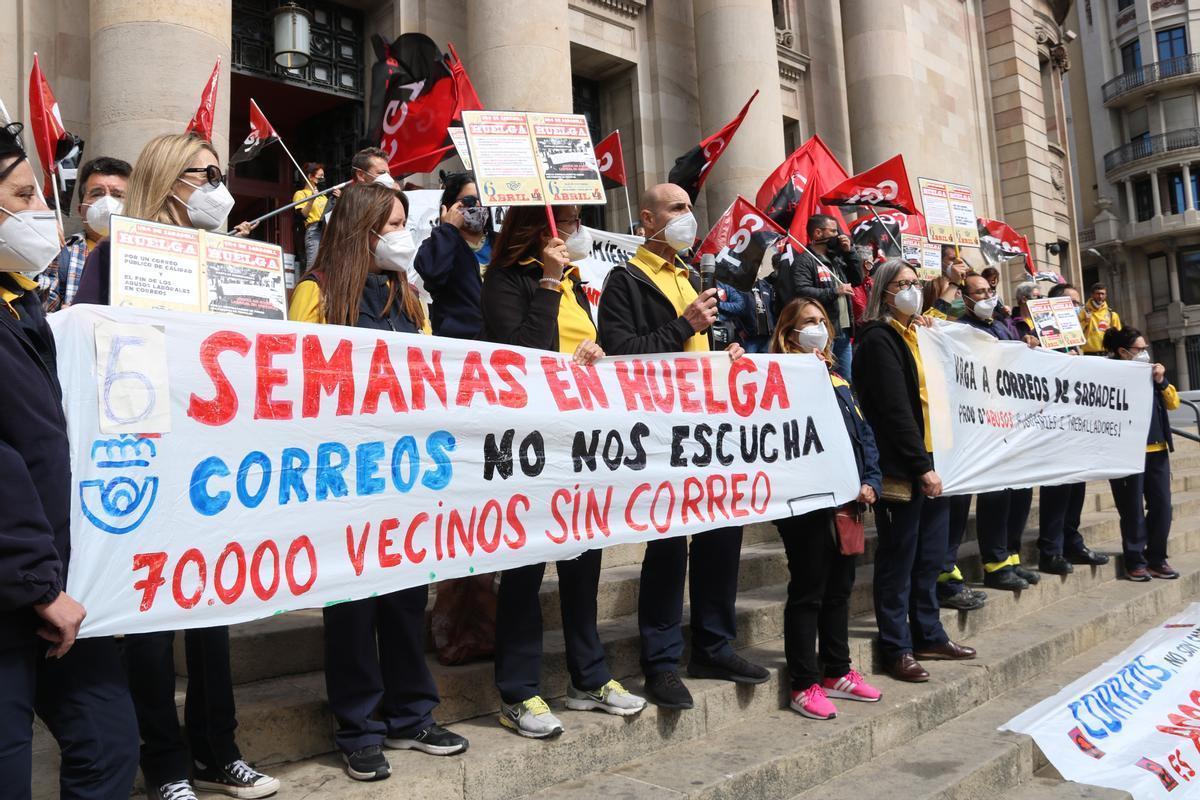 Protesta de los trabajadores de Correso de Sabadell ante la sede de la empresa en Barcelona
