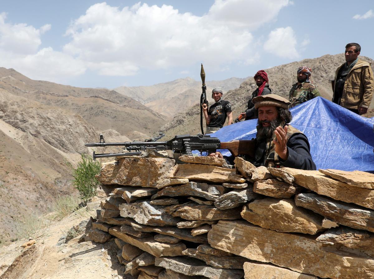 Fuerzas del Gobieno afgano montan guardia en un puesto en el distrito de Ghorband, en la provincia de Parwan.