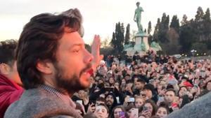 Álvaro Morte rodeado de fans de 'La casa de papel' en Florencia.