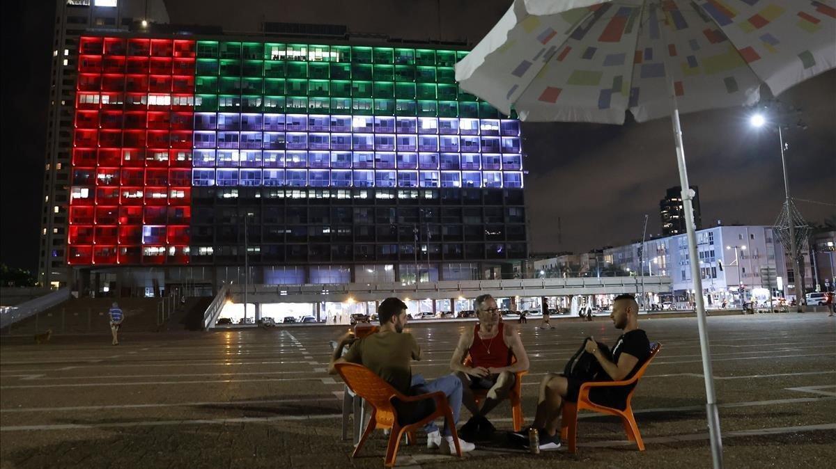El edifico del ayuntamiento de Tel Aviv iluminado con la bandera de los Emiratos Árabes Unidos.