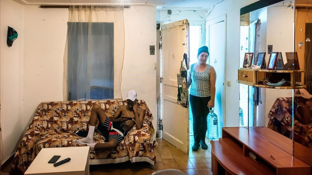 Loli Jiménez, con su hjo adolescente, en un piso ocupado en el barrio de la Mariola de Lleida, el pasado viernes.