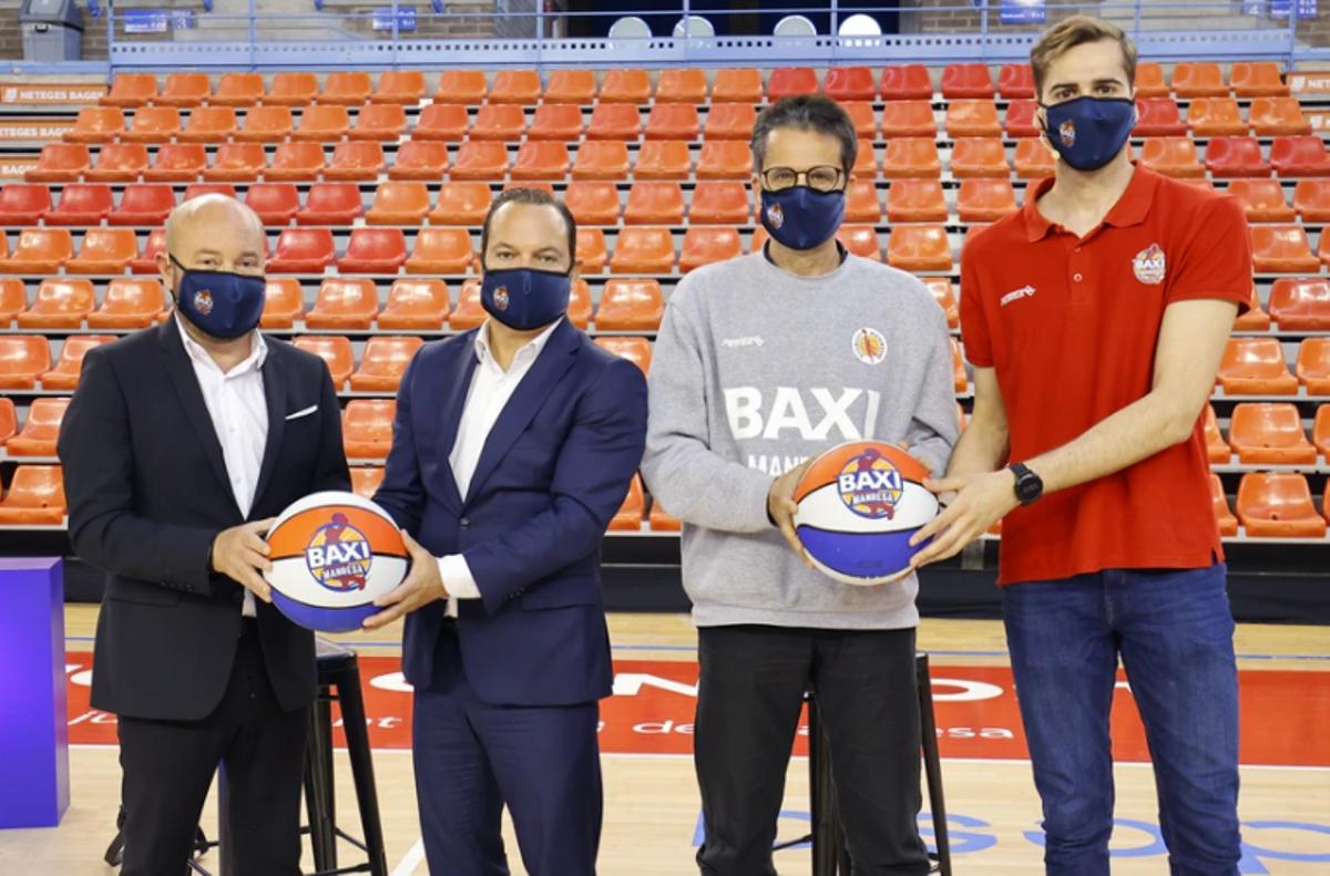 Sáez, presidente del Manresa, y Mestres, CEO de Baxi, posan junto a Pedro Martínez y Guillem Jou en el acto de renovación