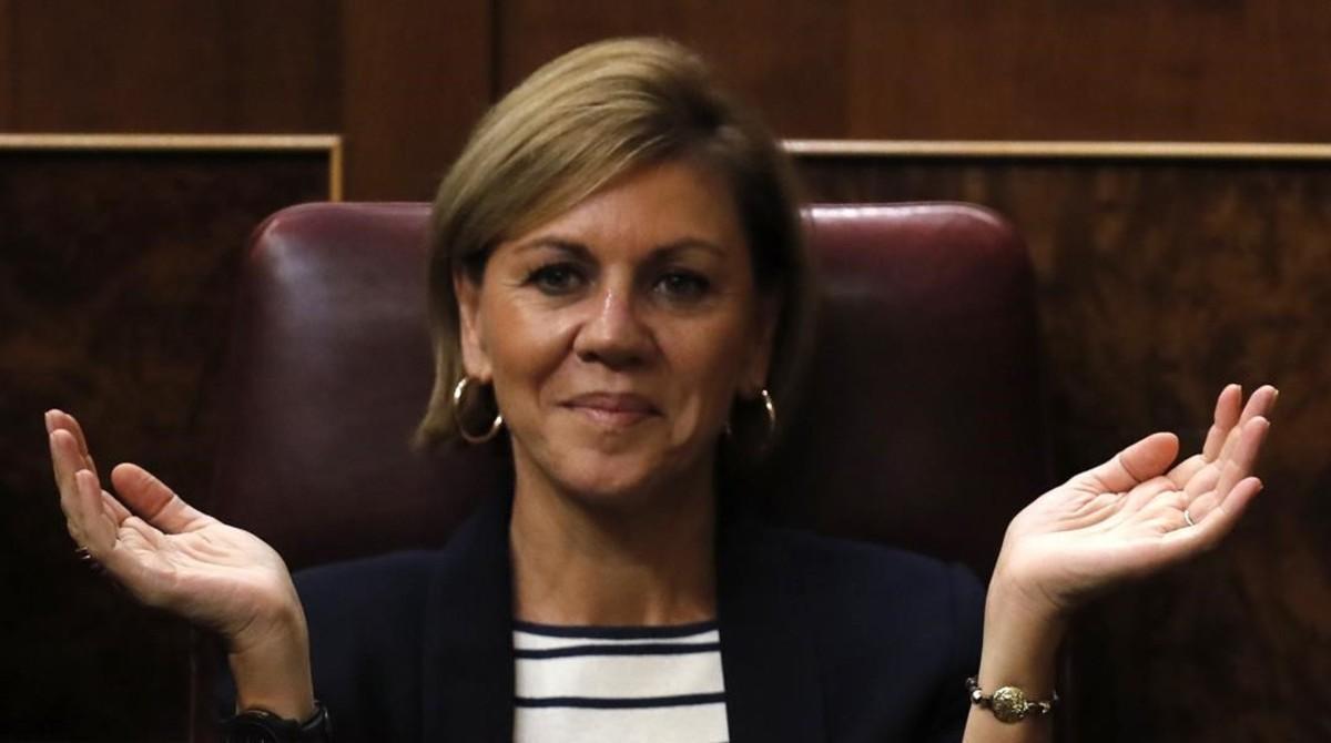 María Dolores de Cospedal aplaude a Mariano Rajoy, el pasado jueves, durante el debate de investidura.