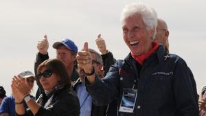 Wally Funk junto a futuros turistas espaciales en la inauguración de la pista de aterrizaje de Spaceport America, cerca de Las Cruces (Nuevo México), el 22 de octubre